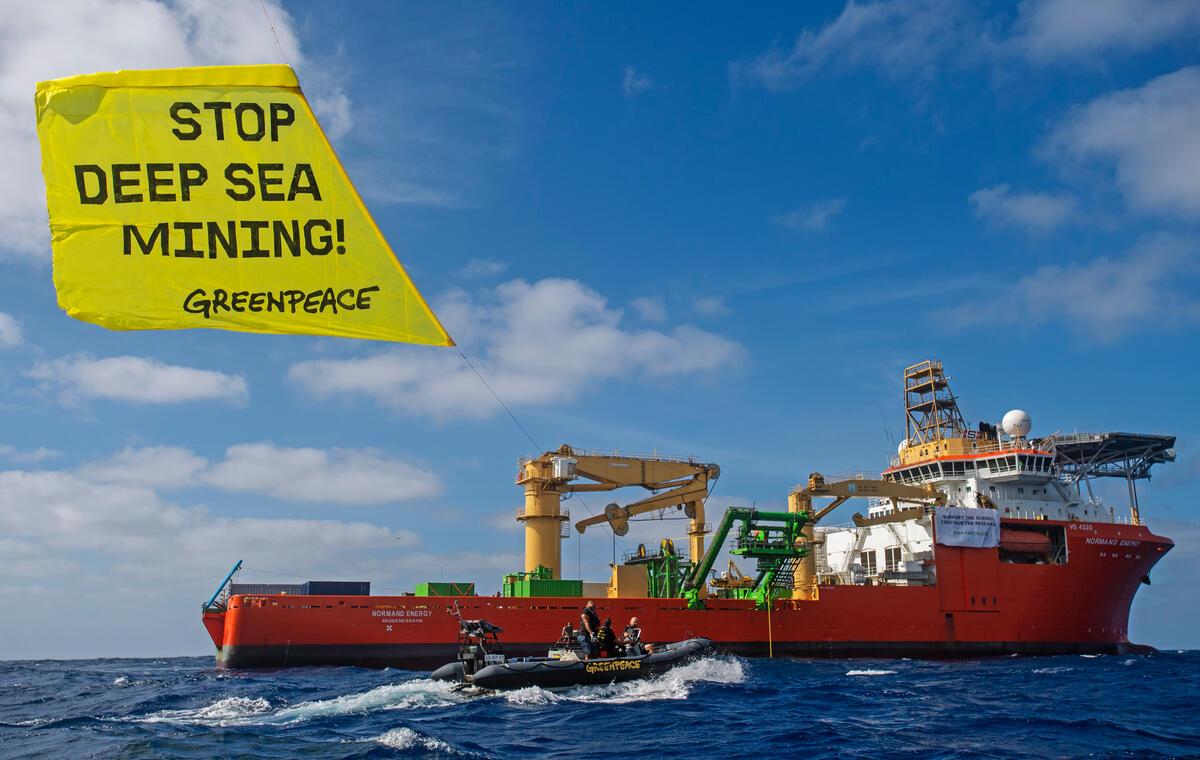2021年4月12日,綠色和平行動者於太平洋上搭乘充氣艇向GSR深海採礦企業倡議,以大型風箏的方式,將「停止深海採礦!」訊息放至空中。