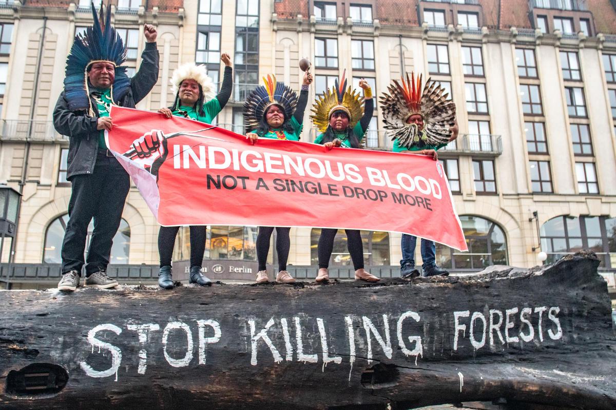2019年10月巴西亞馬遜原住民部落代表親赴柏林舉行的消費品論壇(CGF)全球峰會,呼籲「停止殺害森林!」© Midia NINJA
