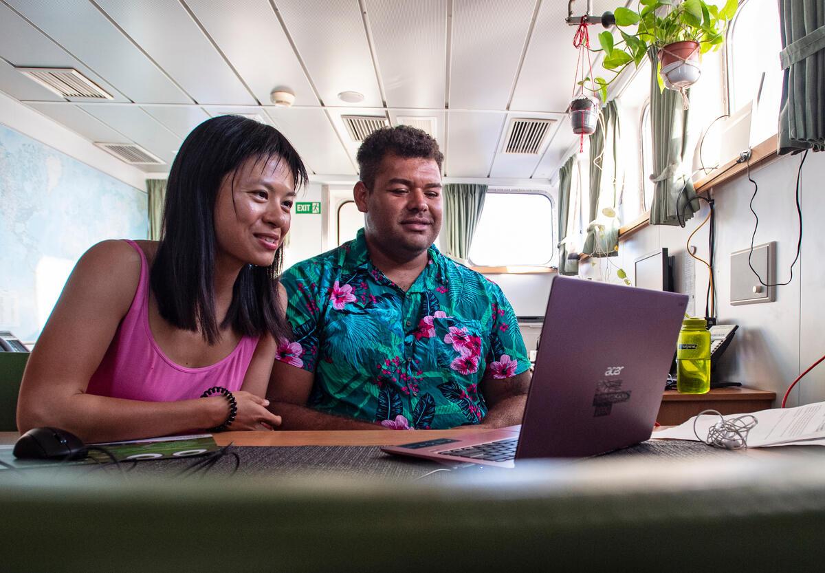 黃毓琪(Kelly)與Victor同在綠色和平船艦「彩虹勇士號」工作,為守護海洋阻止深海採礦企業破壞生態。