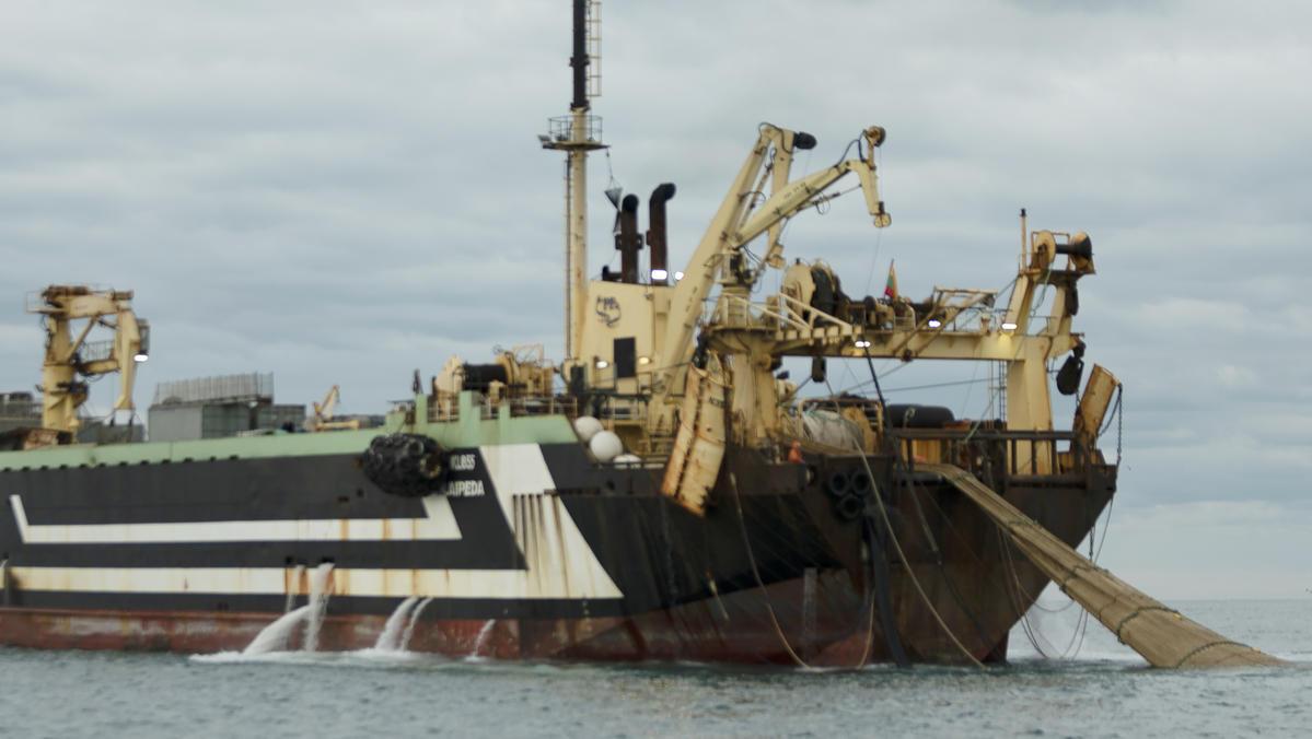 英國的超級底拖網漁船,是許多工業式捕撈的縮影,長期大肆掠奪海洋資源之下,造成大海生態危機。