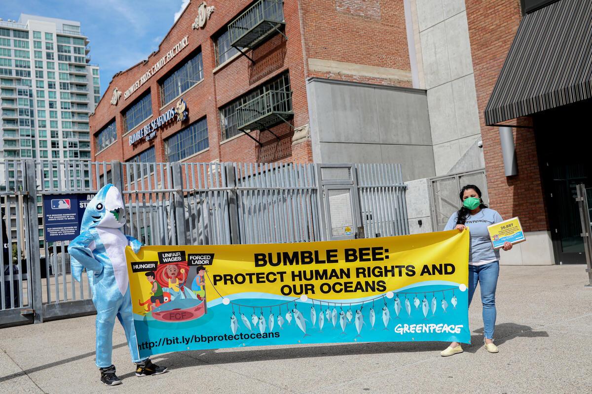 2021年3月,綠色和平美國辦公室行動者帶著超過 25,000 消費者的連署,於鮪魚罐頭品牌Bumble Bee在聖地亞哥的辦公室外提出抗議,要求保護人權和海洋,確保銷售的海鮮商品不涉及血汗勞工與非法漁業。