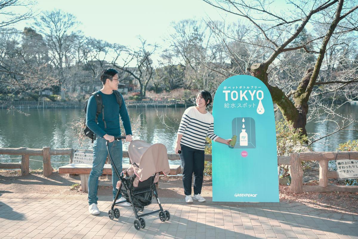 綠色和平致力為環境問題提出具體解決方案,並積極推動群眾透過集體力量成就改變。圖為2019年東京辦公室推廣減塑行動的照片,鼓勵更多人自備水壺,減少使用一次性的寶特瓶或水杯。© Sawako Obara / Greenpeace