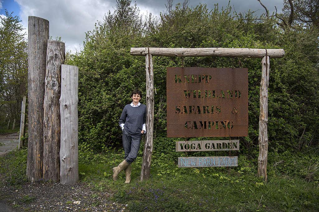 Isabella於聶普堡莊園入口處,這是她與先生共同打造的自然生態園區。