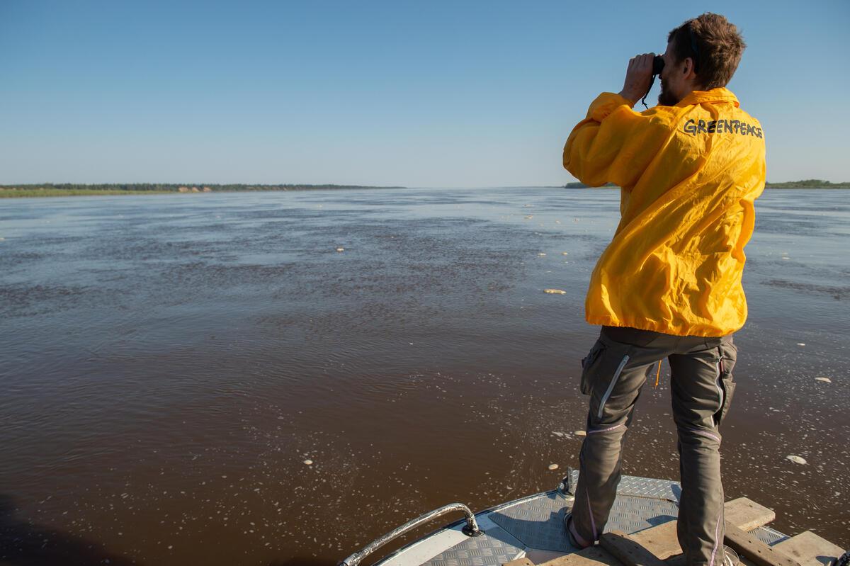 綠色和平親臨現場視察和記錄情況,跟進俄羅斯科米共和國突發漏油事件。© Dmitry Sharomov / Greenpeace