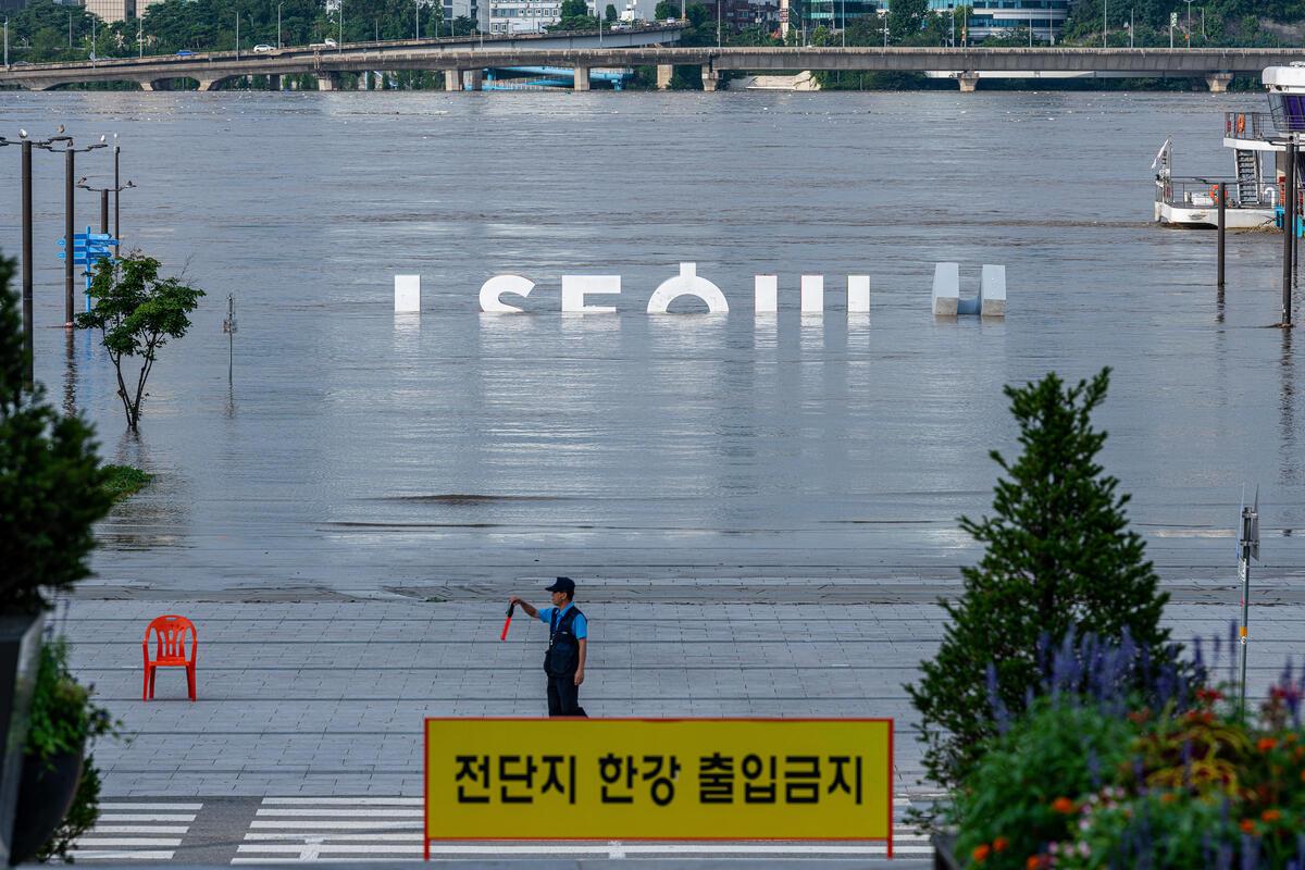 2020年8月韓國遭逢連日豪大雨,造成嚴重水患,綠色和平紀錄極端天氣事件實況,向政府與企業要求制定氣候政策,成功推動韓國宣布2050年達淨零碳排的目標。© Sungwoo Lee / Greenpeace