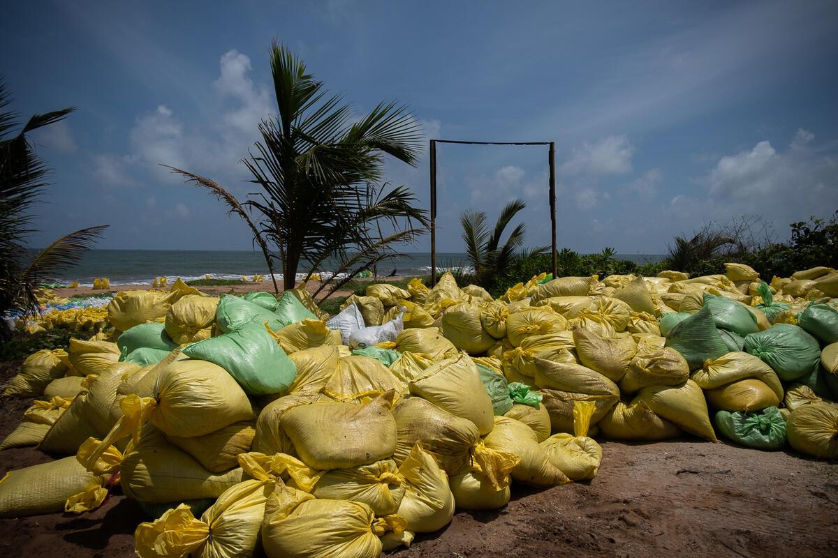 貨輪洩漏的化學品及塑膠微粒不僅破壞了數公里的原始海灘,更威脅海洋生態系統,是斯里蘭卡最嚴重的污染危害。© Tashiya de Mel / Greenpeace