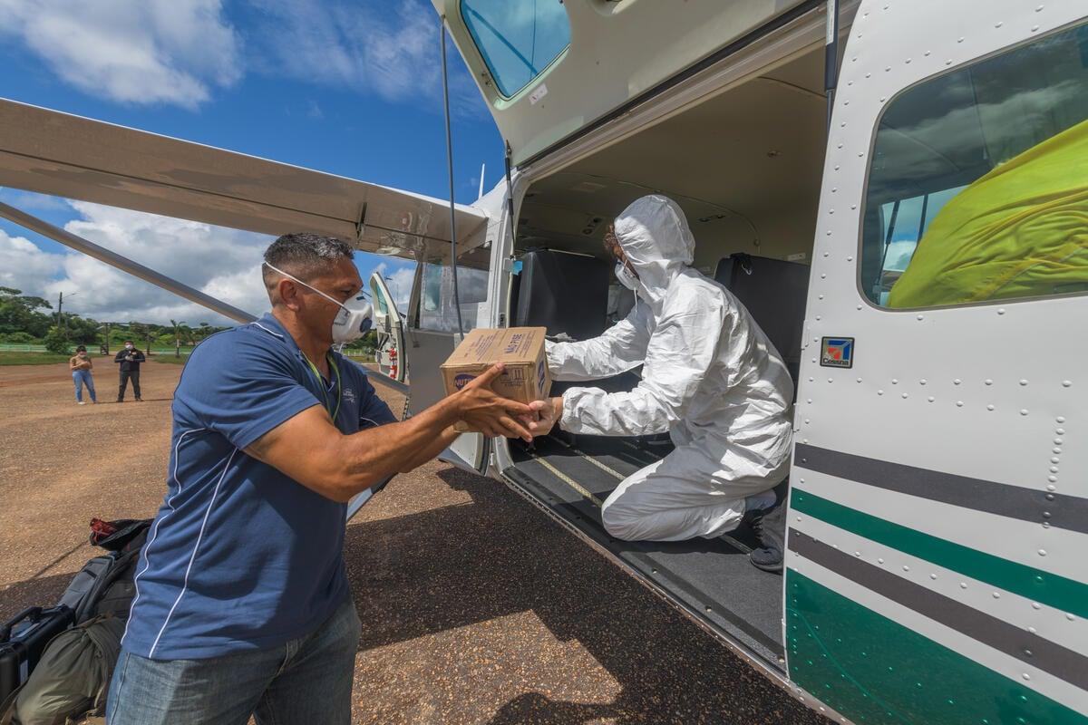 2020年至2021年新冠疫情期間,綠色和平啟動「緊急之翼行動」,協助運送醫療與生活用品至當地部落。 © Marcos Amend / Greenpeace