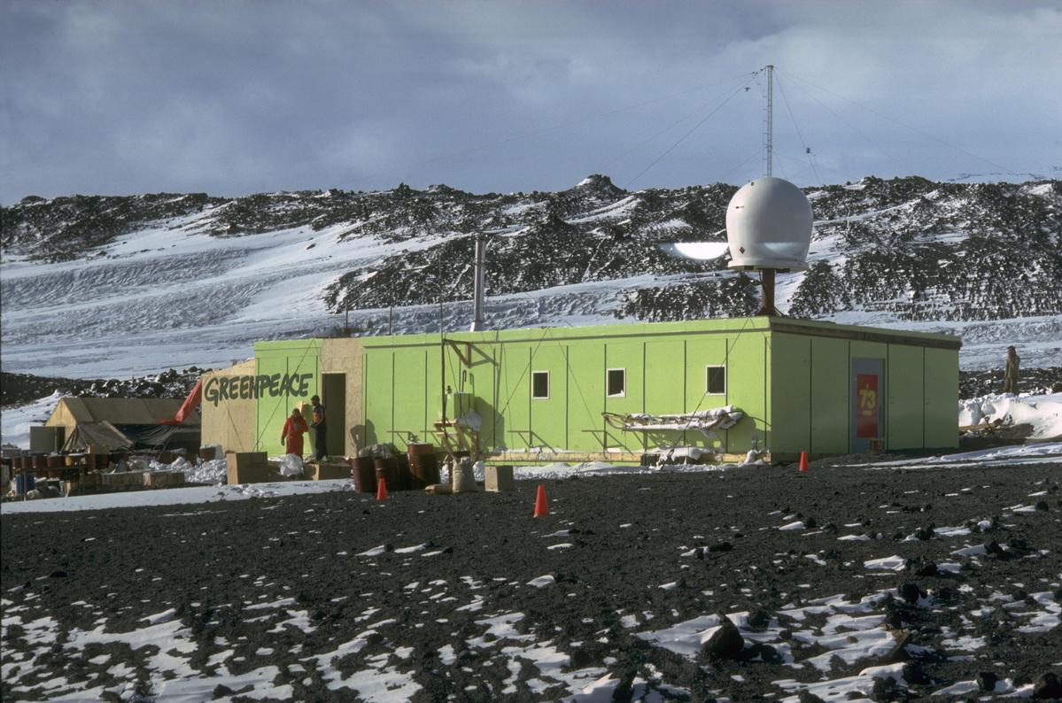 1987年至1991年,綠色和平在南極建立「世界公園基地」,監測來自鄰近基地的污染,並在1990年阻止法國政府在南極建造違反《南極條約》規定的機場。世界公園基地最終於1991年功成身退,成功促成《南極條約》成員國同意通過新的環境議定書。© Greenpeace / Andy Loor