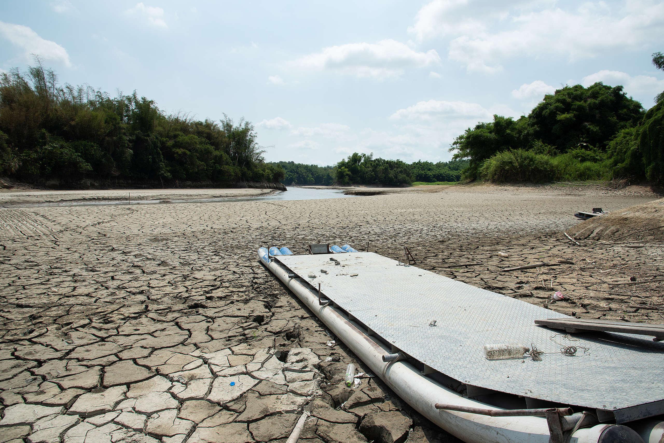 臺南市官田區的湖泊乾枯,出現一大片龜裂土地。