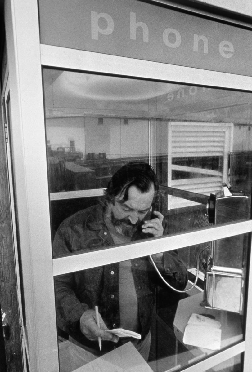 Ben Metcalfe在綠色和平的初次行動前,打電話回家。