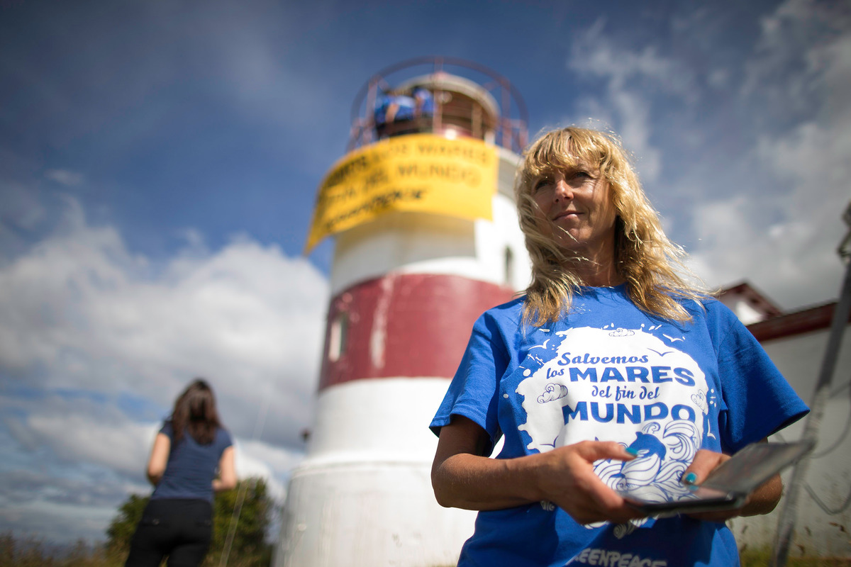 2017年,綠色和平在智利南部的蓬塔阿雷納斯(Punta Arenas),在燈塔進行和平抗議,響應「守護南美洲巴塔哥尼亞海」環保運動。該次活動共吸引數百名行動者,登上智利各地的燈塔,各燈塔總距離近4,000公里,以支持守護海洋。© Vicente Gonzalez Mimica / Greenpeace
