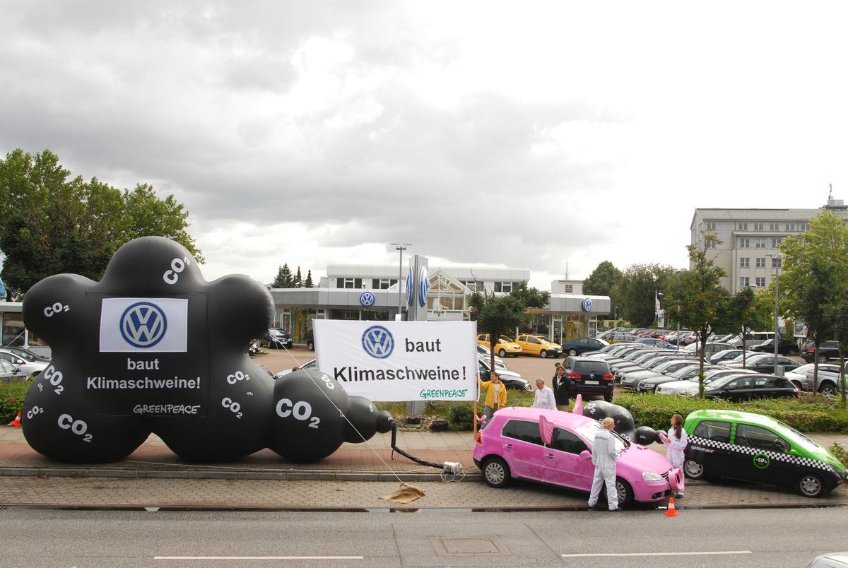 2007年,綠色和平行動者在福斯汽車於德國漢堡的銷售場外,要求轉型製造碳排較低的車款,2013年終於獲得企業承諾將達成歐洲的氣候目標。