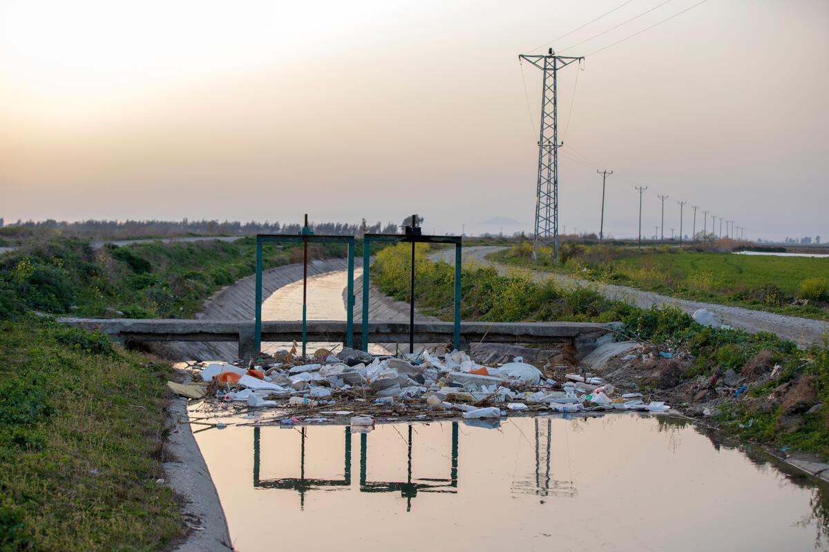 土耳其接收大量由英國出口的垃圾,因為無力處理,這些垃圾被直接棄置於路邊或水岸河道,甚至直接焚燒,已影響當地居民及野生動物的健康狀態。© Caner Ozkan / Greenpeace