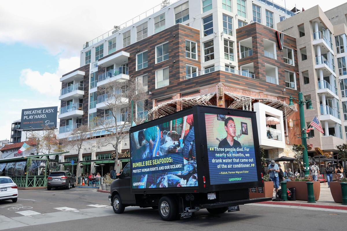 美國聖地亞哥街上行駛的宣傳車,播放印尼遠洋漁工面臨強迫勞動的影片。© Sandy Huffaker Jr. / Greenpeace