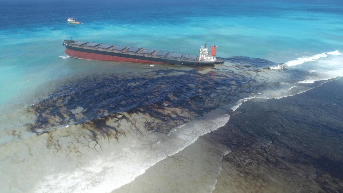 2020年7月,運載4,000噸英國石油(BP)燃油的油輪「若潮號」,在非洲島國模里西斯鄰近海域觸礁擱淺,上千噸燃油外洩並迅速擴散,殃及海岸綿延超過30公里。