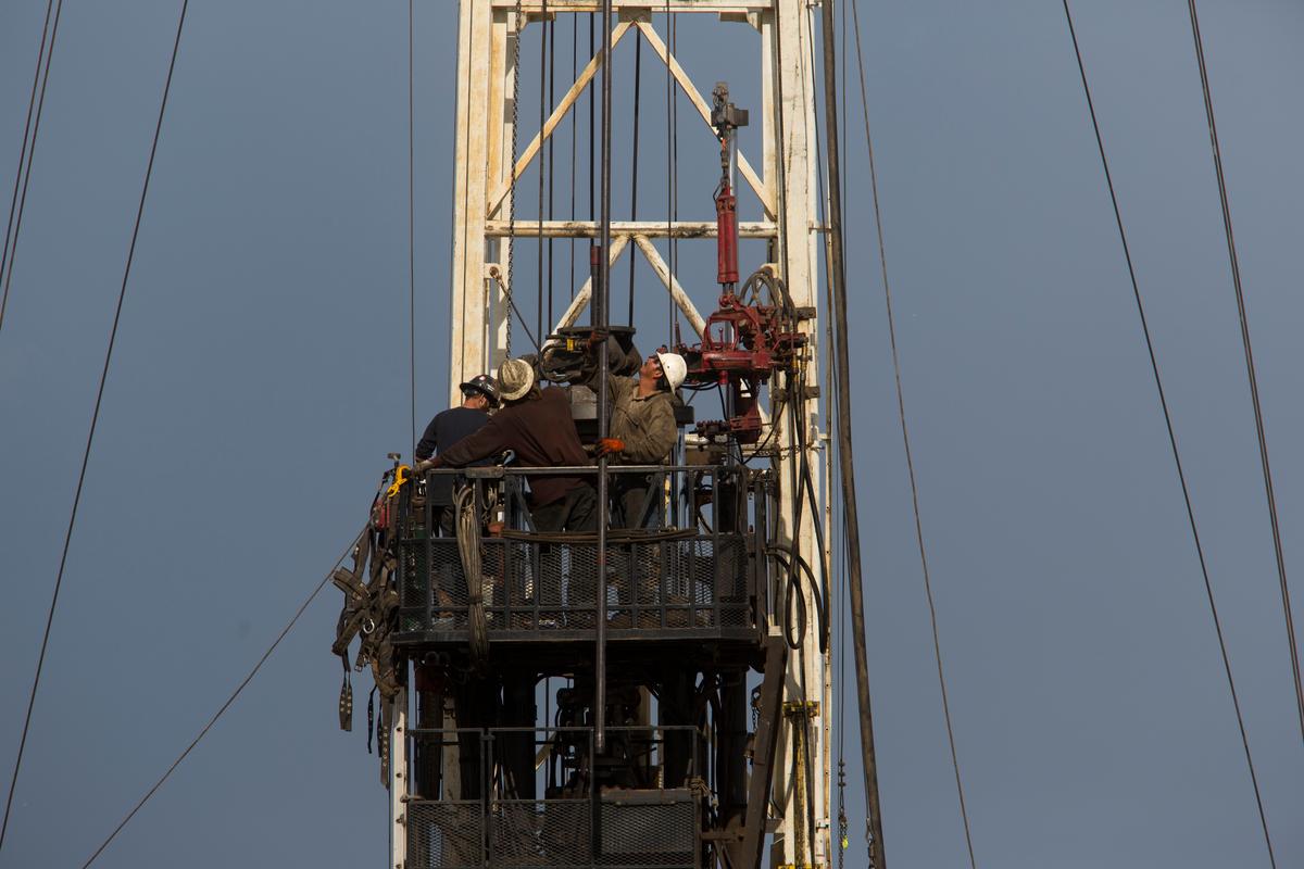 石油業工人在科羅拉多州的一座水力壓裂鑽機塔上,藉由深入地層鑽探,獲取在頁岩地層中的石油和天然氣。