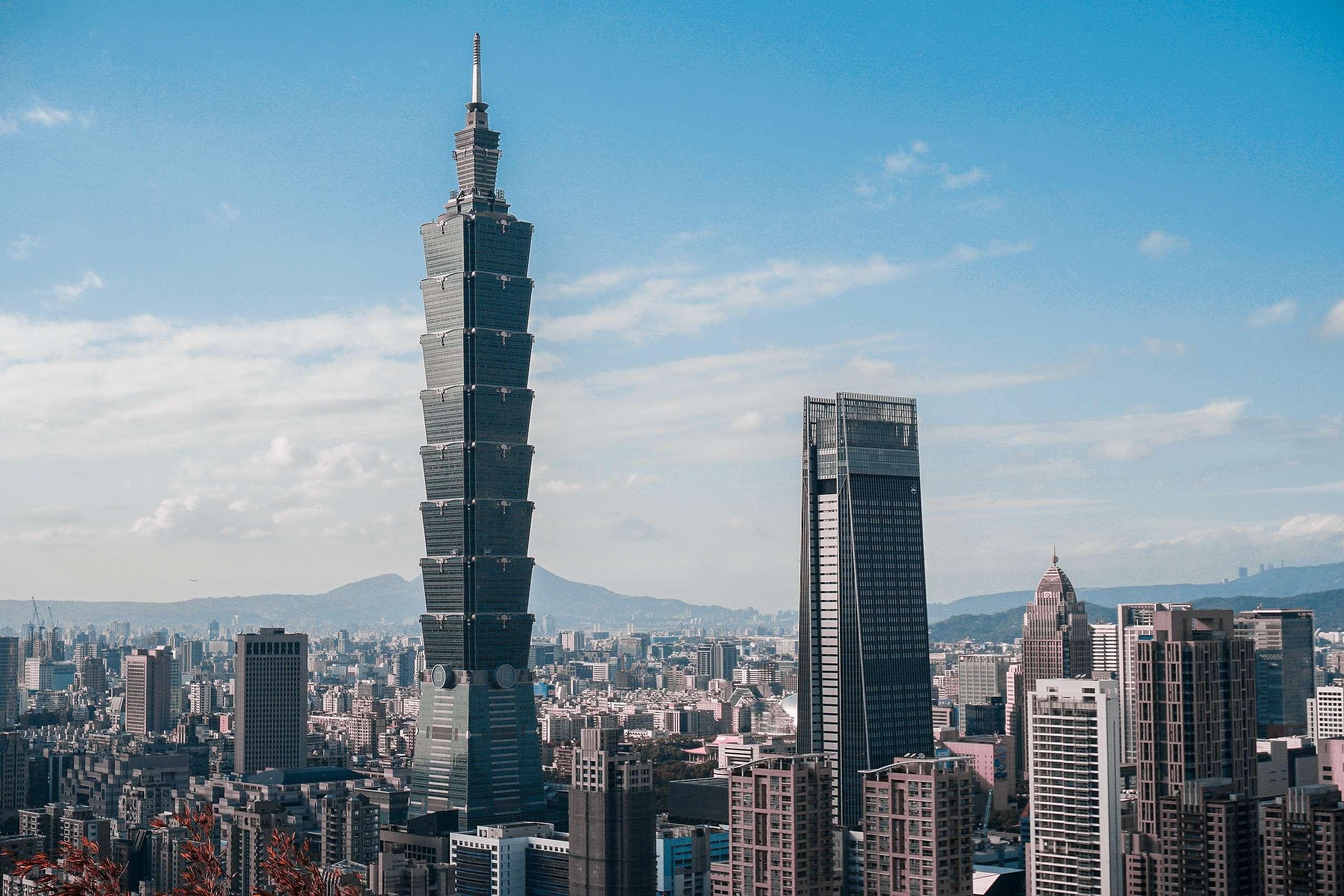 臺灣高度倚賴外貿經濟,一旦美國、歐盟、中國大陸等主要貿易對象起徵碳邊境稅,尚未建立碳定價制度的臺灣,出口競爭力將備受挑戰。