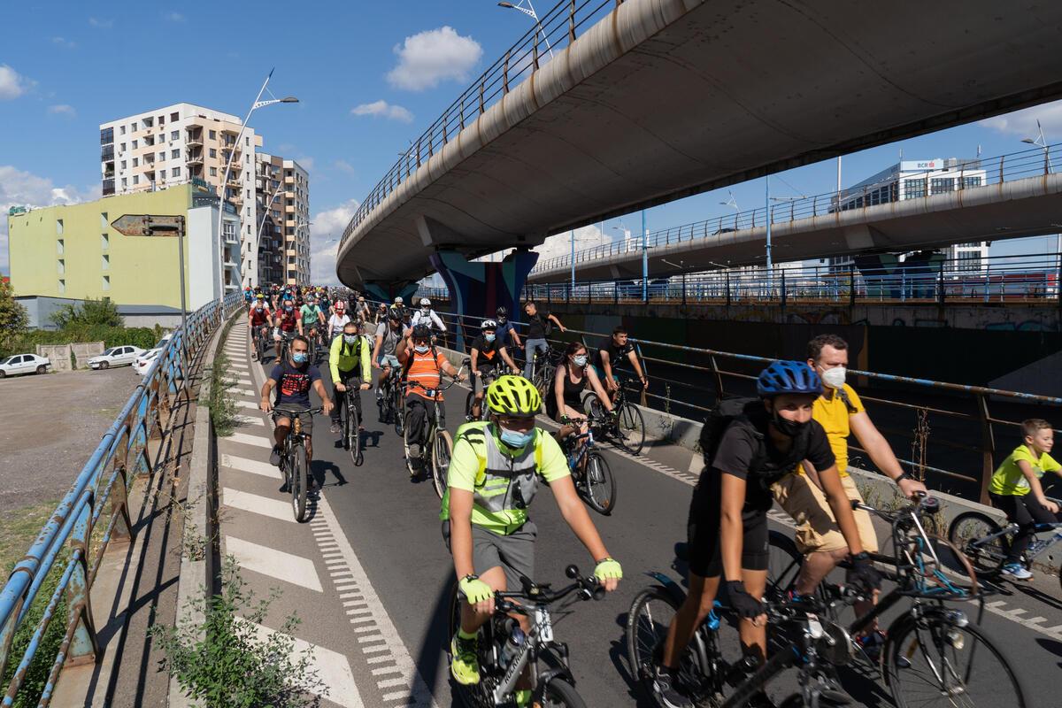 羅馬尼亞:在首都布加勒斯特(Bucharest),約300名民眾以單車環繞市內一圈,要求更符合綠色低碳的城市設計。