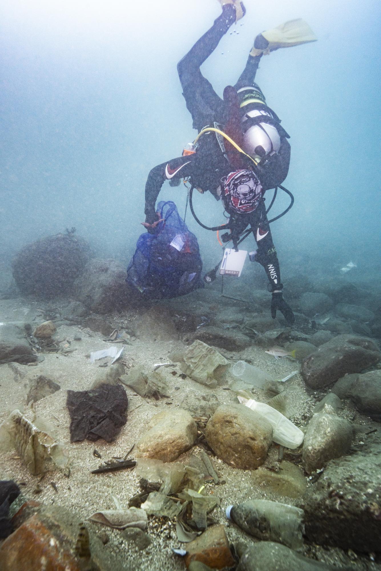 綠色和平潛水志工利用專業潛入水下10至20公尺深,撿拾海底垃圾。