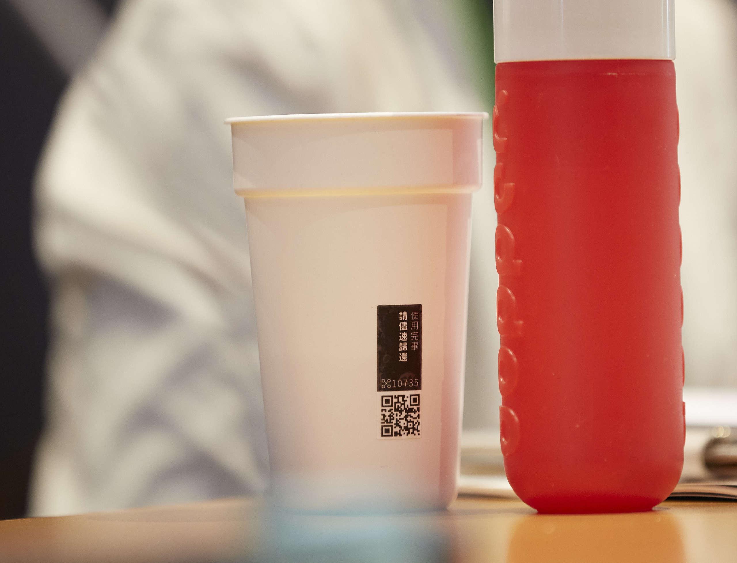 在臺灣已有相關業者推動可重複使用的外帶杯,然而由於大量耗用一次性塑膠的企業與品牌仍缺乏「重複使用模式」、「新興物流系統」的合作,以致於循環租借市場遲遲無法擴大。