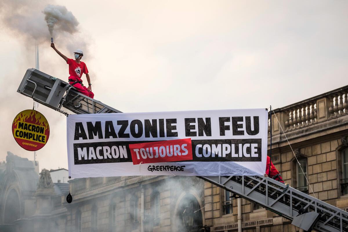綠色和平法國行動者以消防車和巨大橫幅標語,在巴黎艾麗榭宮前向總統馬克宏(Emmanuel Macron)倡議,要求法國政府正視毀林導致的環境危機,並反對與巴西等國的貿易協定。