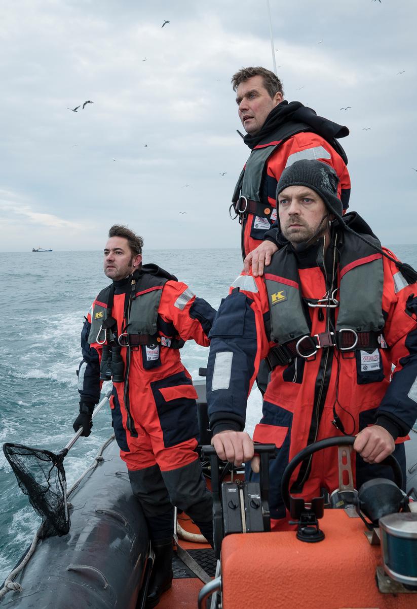 2014年,高林翰(左)與兩位德國同事乘坐橡皮艇,於北海的英屬航道記錄工業漁撈的行動,見證大型拖網、工業漁船對海洋資源的快速消耗。