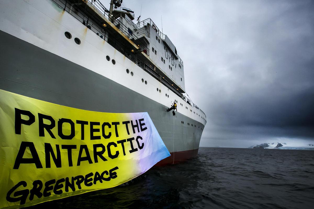 2018年,綠色和平在南極格林威治島附近,向磷蝦捕撈漁船倡議「守護南極」。