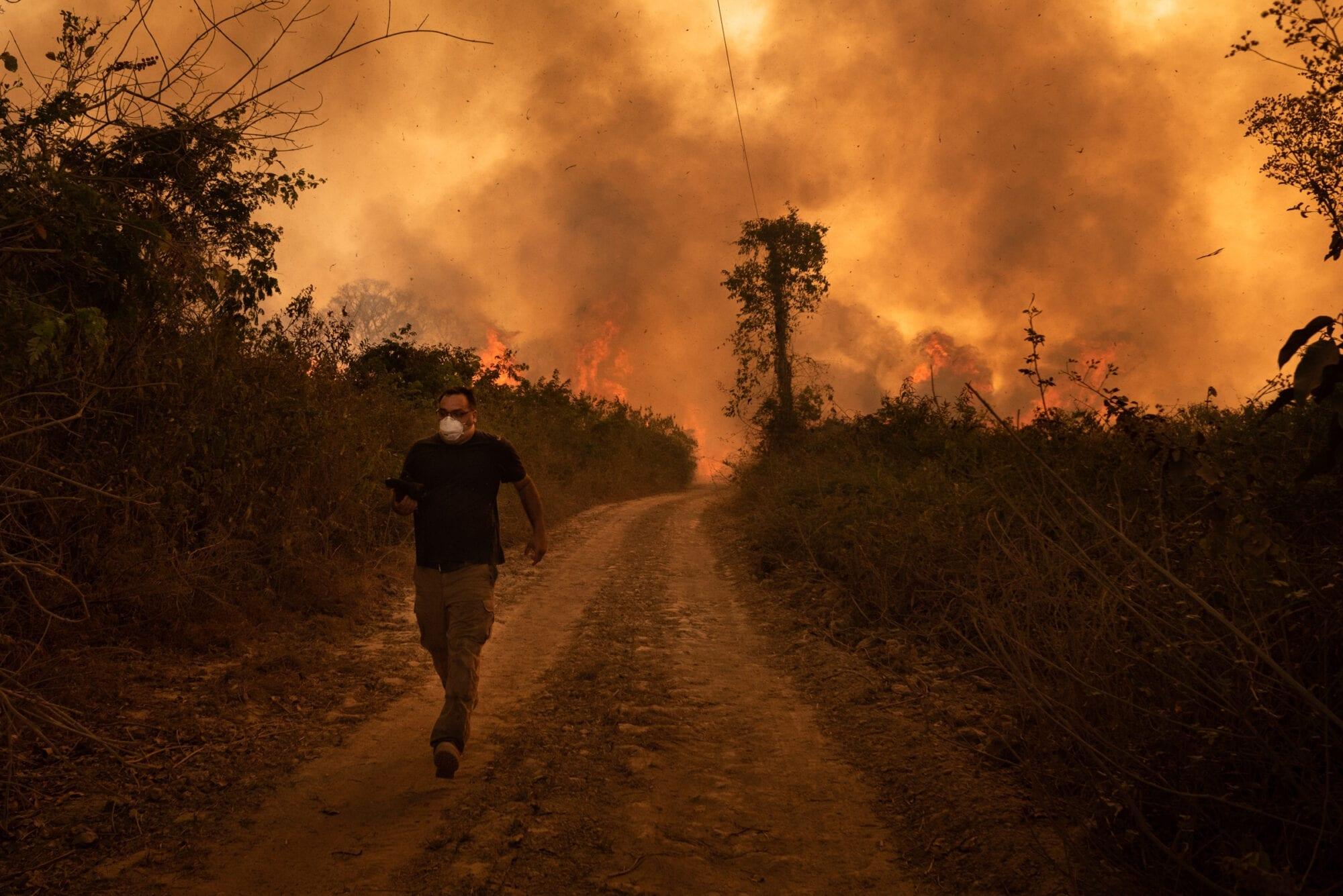 潘塔納爾大火失控,迫使居民逃離。