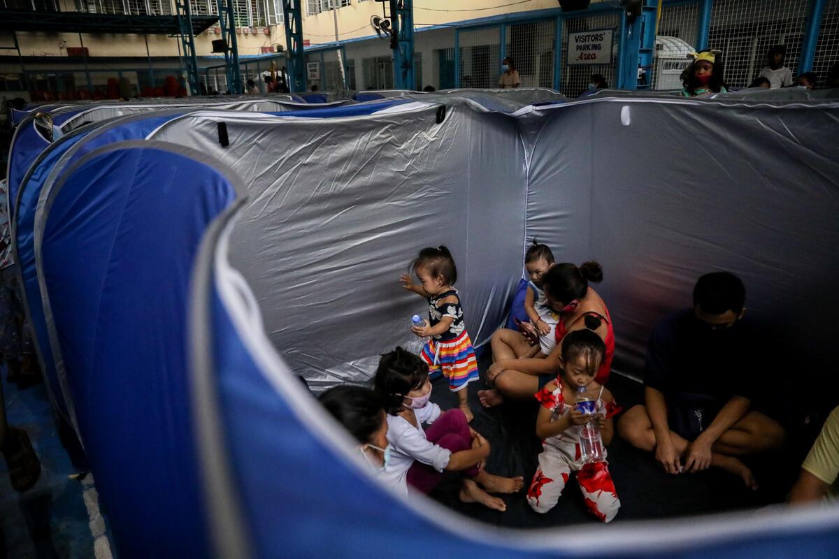 颱風天鵝襲擊過後,家園被毀的民眾到學校內的帳幕避難。