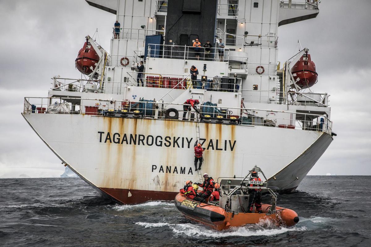 綠色和平的保護海洋之旅中,行動者在海上直接進行倡議行動。