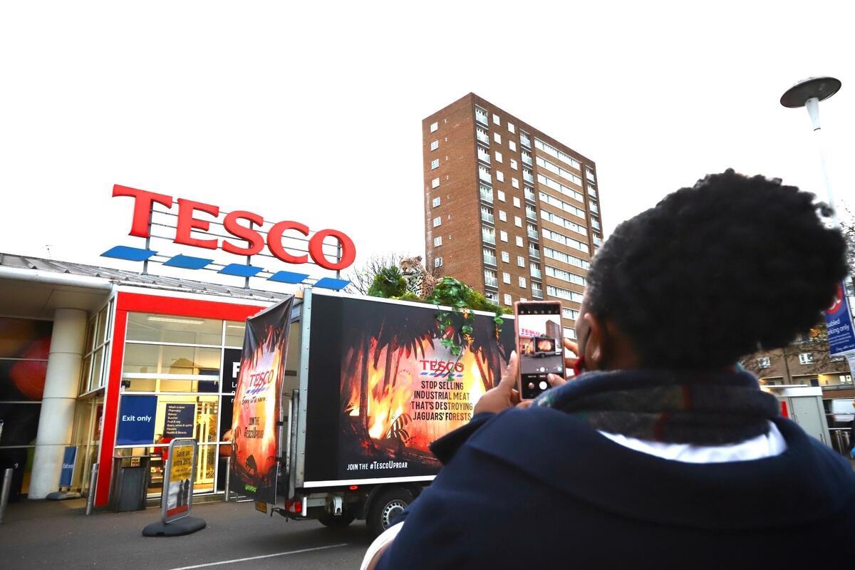 綠色和平英國行動者把動畫中的主角美洲豹,帶到英國超級市場龍頭Tesco的門市,要求超市提高環保意識,停止購入「毀林肉」。
