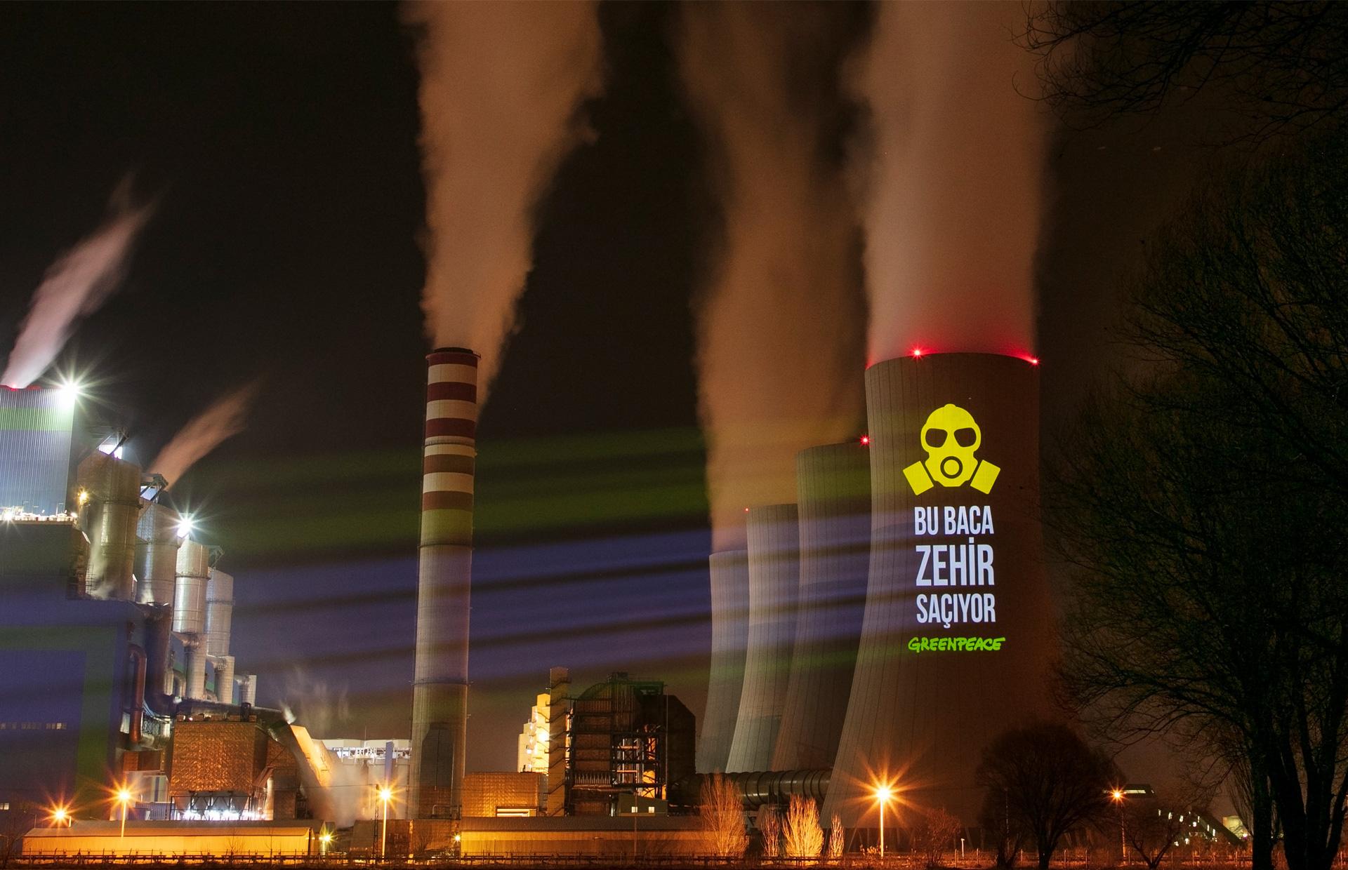 綠色和平土耳其辦公室行動者,於其中一間老舊燃煤電廠Kahramanmaraş Afşin A的煙囪上投影,要求淘汰排放毒氣的燃煤。歷經6年倡議,2020年1月土耳其環境部長正式宣佈關閉5座燃煤電廠,綠色和平將持續與當地社區一起向能源局要求,將 15 座老舊電廠全數關閉。