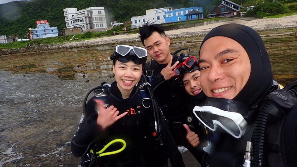 蝦卷(右一)帶學生潛水,認識臺灣海洋的美麗,也盡可能地分享環保觀念。