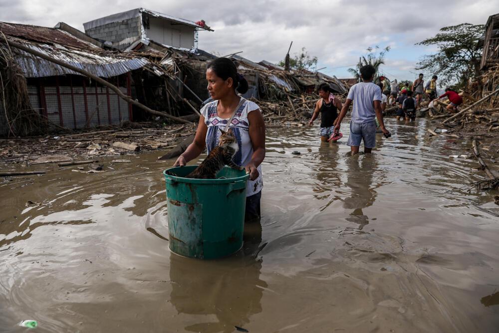 菲律賓當地遭颱風梵高無情蹂躪。