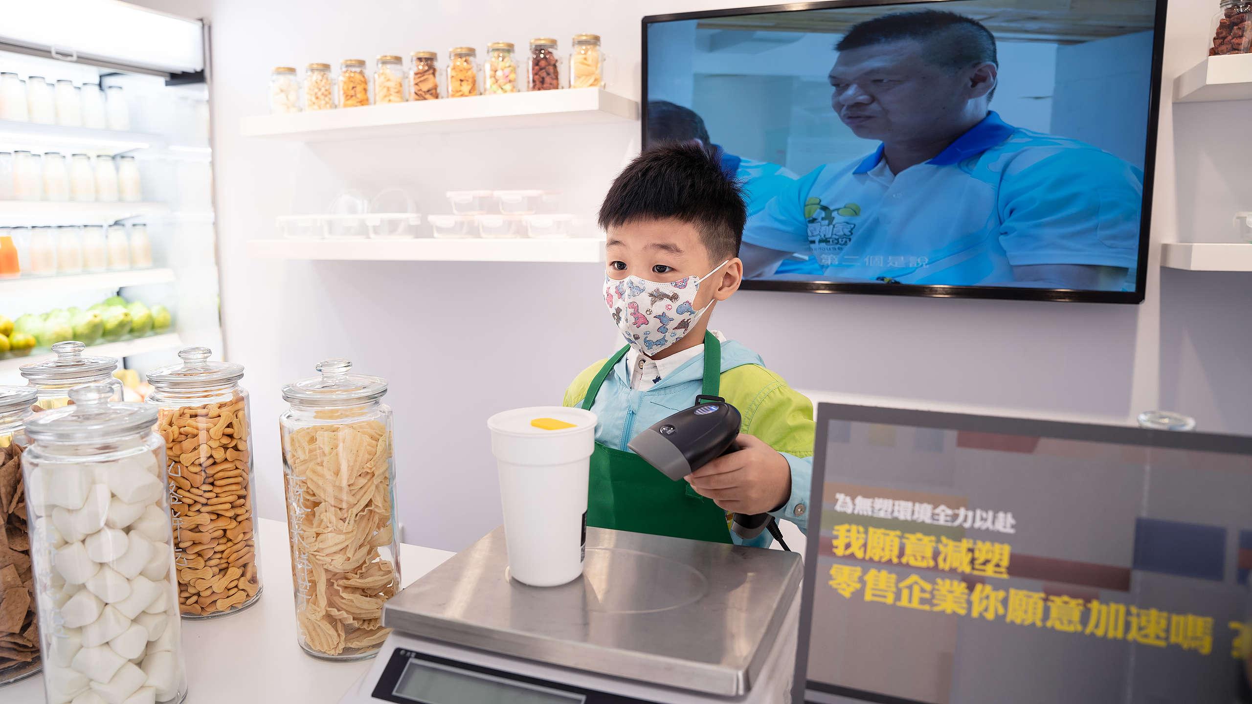 2020年11月8日,綠色和平於臺南舉辦「無塑示範店」,並邀請家長帶孩子體驗「一日小小店長」活動,認識減塑觀念,並共同要求企業加速減塑。