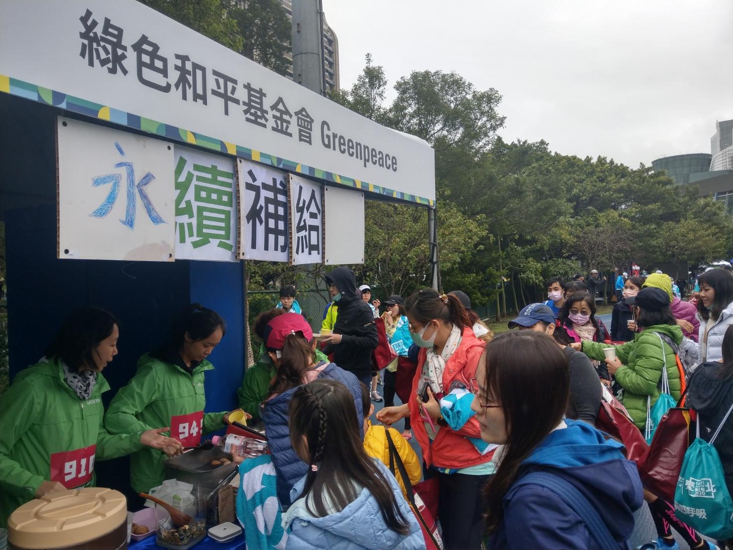 熱食與環境模擬裝置,在3小時內成功吸引約400名跑者來到補給站。