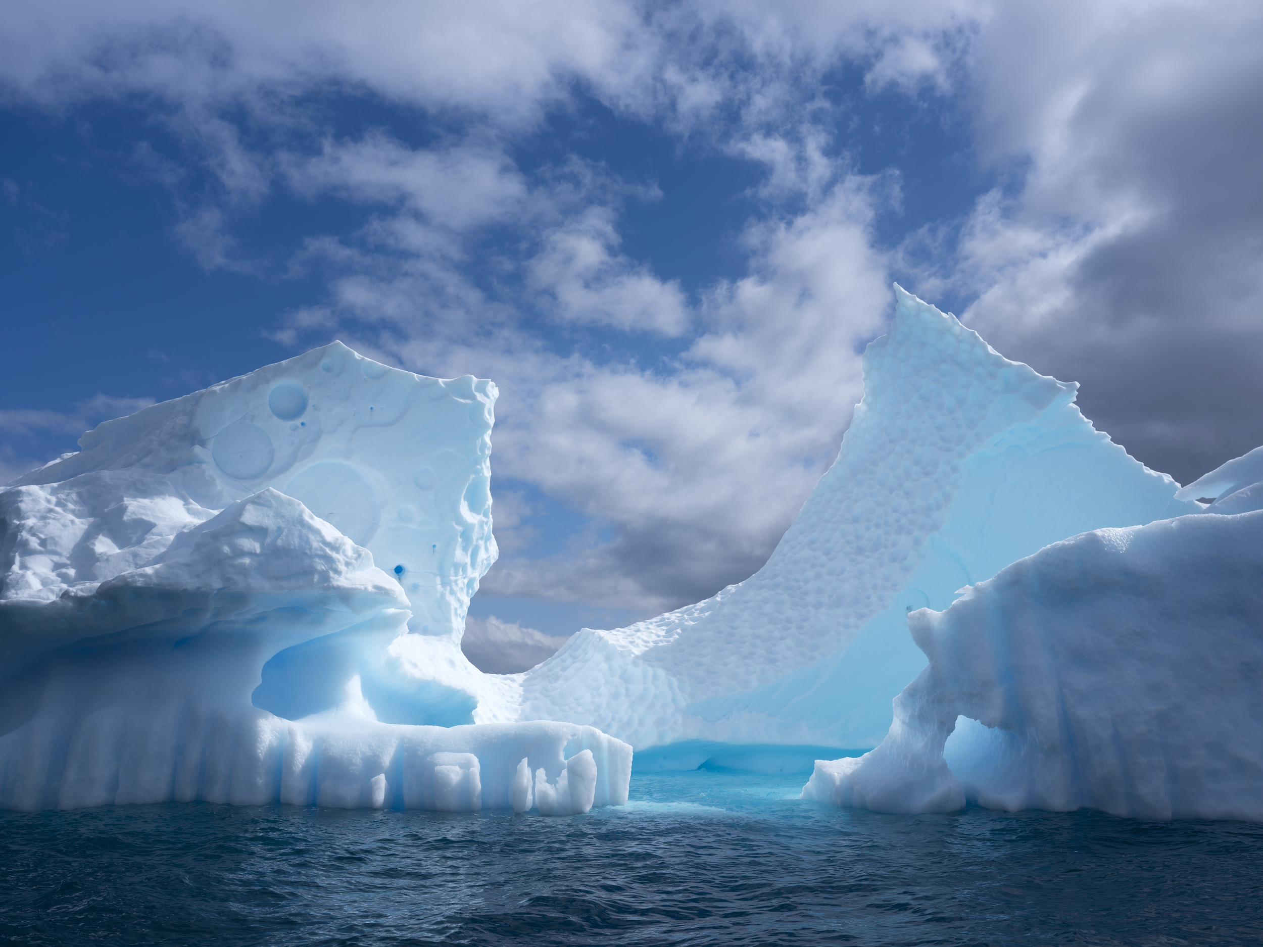 為時近一年的「守護海洋之旅」進入尾聲,2020年2月綠色和平船艦來到最終站南極,於天堂港紀錄美麗危脆的冰山風光,震懾於極地美景同時,也見證了全球暖化正對當地造成影響。