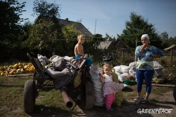 Local Family with Wagon of Potatoes in Ukraine © Denis Sinyakov / Greenpeace