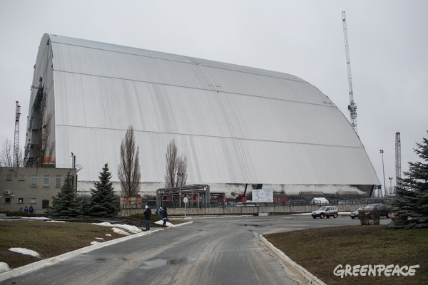 The new giant structure is intended to contain the nuclear reactor. © Denis Sinyakov / Greenpeace