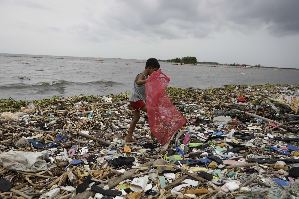 Plastic Pollution in the Aftermath of Super Typhoon Manghkut in Manila. © Joshua Paul / Greenpeace