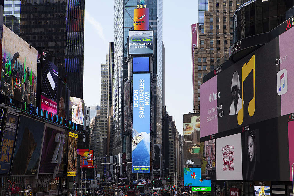 'Oceans Sanctuaries Now!' Electronic Billboards in New York. © Greenpeace / Alex Yallop