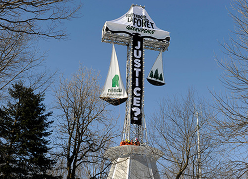 Montreal's Mount Royal cross drapped in a banner, protesting Resolute's logging practices | Greenpeace
