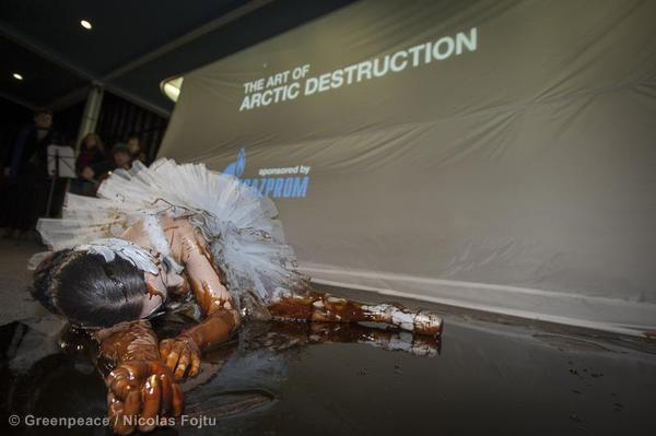 'Free the Arctic 30' Protest at Gazprom Event in Zurich Greenpeace Aktion: Der sterbende Schwan im l