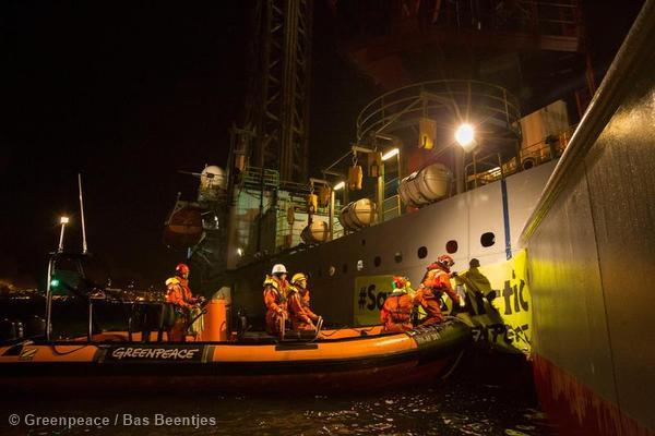 Greenpeace protesters board the Gazprom rig in IJmuiden.
