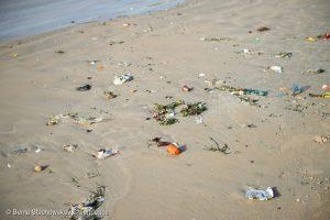 Plastic waste and rubbish floating on the coast of Senegal. Plastikmuell und Abfall schwimmt vor der Kueste von Senegal.