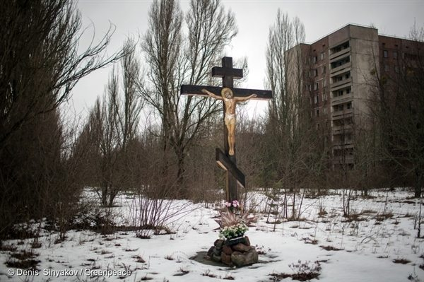 A crucifix at the entrance of Pripyat. The town is now a guarded area and entry is via checkpoint. The crucifix is a homage to those who perished and those who were forced to leave.