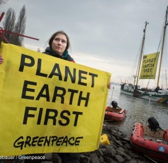 Planet Earth First Banner at G20 Foreign Ministers Meeting in BonnGreenpeace Aktivisten fordern gemeinsamen Klimaschutz von G20