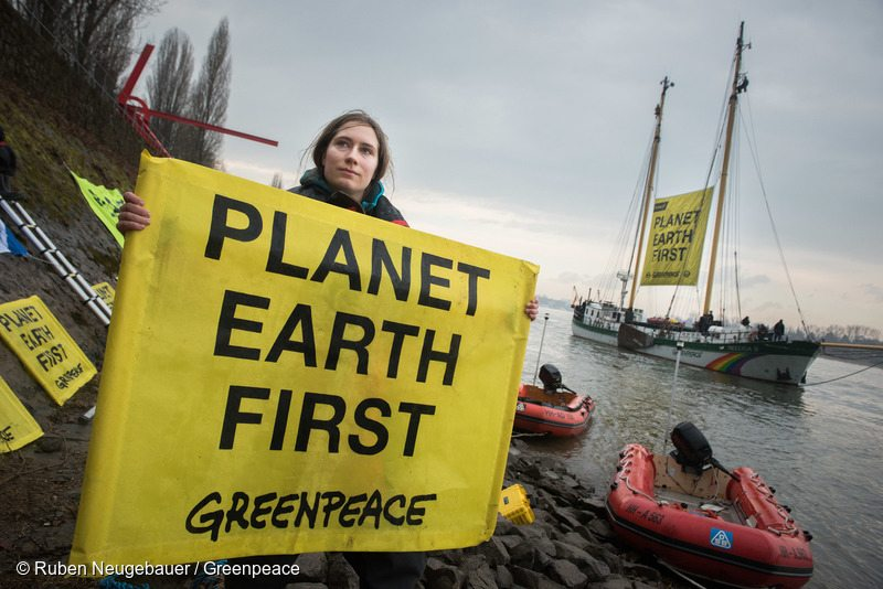 Planet Earth First Banner at G20 Foreign Ministers Meeting in BonnGreenpeace Aktivisten fordern gemeinsamen Klimaschutz von G20