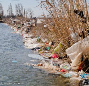 Plastic Waste Blown Away from Waste Landfill La Crau in FrancePlastikmuell verweht von offener Muellkippe