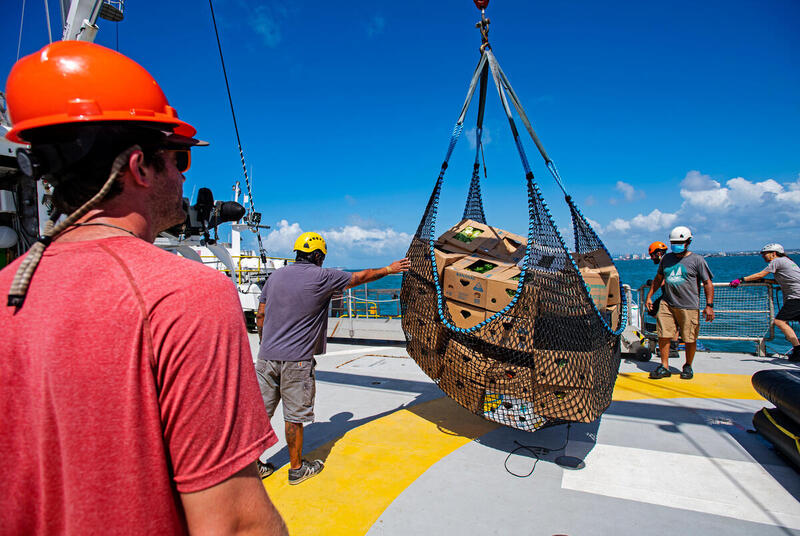 Crew carry provisions to store on board the Rainbow Warrior in Colón, Panama. © Marten van Dijl / Greenpeace